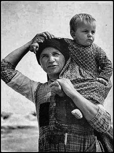 Ο Δημήτρης Λέτσιος είναι «ο ζωγράφος της αγροτιάς, σεμνός, μεθοδικός και ταλαντούχος», «μια ξεχωριστή προσωπικότητα στην ιστορία της φωτογραφίας και ένα μοναδικό χαρακτήρα, στο ανθρώπινο μωσαϊκό της Θεσσαλίας». Κυρίαρχο στοιχείο στο ύφος των φωτογράφων του, είναι η καταγραφή του χώρου, του τοπίου και της φύσης, αλλά και του τρόπου ζωής των ανθρώπων της ελληνικής υπαίθρου. Greek, Lord, Portrait, Couple Photos, Couples, Couple Shots, Headshot Photography, Portrait Paintings, Couple Photography