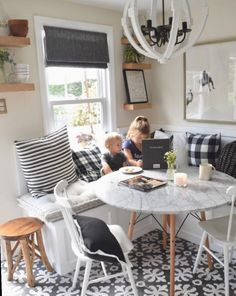 Familienzimmer Design Everyone needs a nice, strong dining table where they can rest and laugh The R Room Remodeling, Dining Room Design, Farmhouse Dining Room, Living Room Dining Room Combo, Dining Room Remodel, Dining Nook, Dining Table With Bench, Dining Room Small, Home Decor