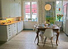 Best Ideas For Kitchen Floor Scandinavian Eames Chairs Simple Kitchen Cabinets, Kitchen Island With Seating, Kitchen Dining, Kitchen Decor, Kitchen Wood, Kitchen Tips, Kitchen Ideas, Dining Room, Modern Country Kitchens