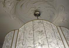 Рисунок лепного потолочного плафона вышит на абажуре