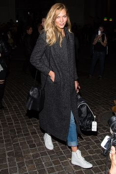 Karlie Kloss showcased a chic and easy look in rolled denim, white sneakers, a Tom Ford bucket bag and an extra long tweed coat for a luxe addition. Best Street Style, Street Style Women, Karlie Kloss Street Style, Outfit Invierno, Sneakers Street Style, Jeans Boyfriend, Sneakers Fashion Outfits, White High Tops, Vogue