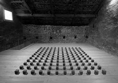 """144 Graphite silence, Graphite Cubes, 2005, Carl Andre 16 9 1935, escultor EU, fig del minim. Las 1ras obras mostraban fuerte influencia de las esculturas de Brancusi.En 1964 forma parte de la muestra colectiva """"8 Youngs Americans"""" en la q pueden verse obras de distintos escultores siguiendo 1 leng minim. Trabajó con objetos idénticos producidos en serie con los q componía la obra según un sist de módulos matem reflejando la repeti de unid. Uso diversidad de mater, placas de metal y de…"""