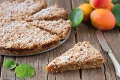 La Torta integrale sbriciolata con marmellata di albicocche è un gustosa torta perfetta per la colazione e la merenda!Leggera salutare.