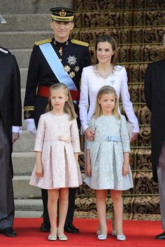 This is the inside of the Royal Christmas Card featuring a photograph of King Felipe VI of Spain, Queen Letizia of Spain, Leonor, Princess of Asturias and Infanta Sofía of Spain as well as a message from the family on December in Madrid, Spain. Hollywood Fashion, Mode Hollywood, Royal Fashion, Princess Letizia, Princess Sofia, Princess Victoria, Queen Letizia, Estilo Real, Style Royal
