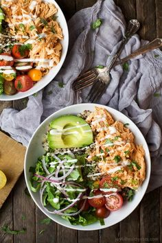 These Buffalo Chicken Quinoa Bowls are topped with avocado, tomato, shredded buffalo chicken and ranch! Served on a bed of quinoa, football food just got a healthy facelift! Easy Healthy Recipes, Easy Meals, Healthy Meals, Healthy Food, Keto Recipes, Healthy Deserts, Health Recipes, Healthy Options, Healthy Smoothies