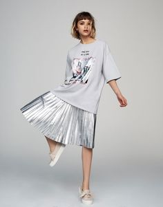 Pull&Bear - woman - clothing - t-shirts - velvet patch t-shirt - pale grey - High Fashion Looks, Dope Fashion, Hijab Fashion, Fashion Models, Fashion Outfits, Diy Clothes Projects, Early Fall Outfits, Modelos Fashion, Look Cool