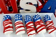 American Flag Marshmallow Pops - delicious patriotic treats that are as easy to eat as they are to make. Fun for a of July or Memorial Day parties. Blue Desserts, 4th Of July Desserts, Fourth Of July Food, No Cook Desserts, Homemade Desserts, July 4th, Homemade Recipe, Homemade Food, Hot Fudge