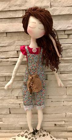 Boneca em tecido 100% algodão, cabelo em lã , acompanha bolsinha de crochê.