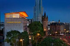"""Rooftop-Bars: Mit dem Paternoster geht es hoch hinaus in den """"Fleming Club"""". Von dort kann man eine tolle Aussicht über Frankfurt genießen - und ein paar Drinks versteht sich!"""