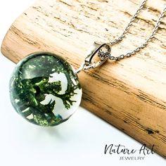 Un glob de sticlă cu mușchi stabilizat și rășină!  New collection loading... Pe www.natureart.ro poți vedea bijuterii din argint cu flori… Pendant Necklace, Jewelry, Jewlery, Bijoux, Schmuck, Jewerly, Jewels, Jewelery, Drop Necklace