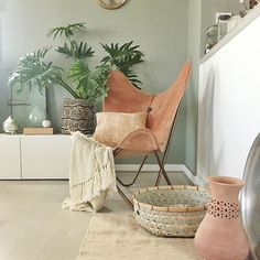 Forslag stuefarge: Minty Breeze by Room Inspiration, Interior Inspiration, Dining Room Colors, Hanging Canvas, Meditation Space, Butterfly Chair, Beautiful Interiors, Living Room, Interior Design