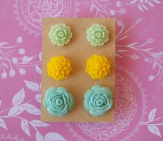 This beautiful set contains 3 pairs of flower cabochon post earrings. The floral stud earrings come with silicone stoppers. The cabochons are