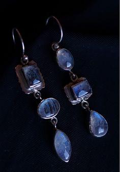 СЕРЕБРЯНЫЕ СЕРЬГИ С ЛУННЫМ КАМНЕМ.  Яркие камни с радужными переливами повторяют друг друга в разной последовательности. КУПИТЬ В http://dotupbutik.ru #серебро #серебряныеукрашения #стильные украшения #silver #rings #designer #style #earrings