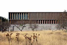 El proyecto aborda la construcción de un equipamiento público en una estrecha (13mts.) y profunda (45mts.) parcela entre medianeras, integrada en una manzana...