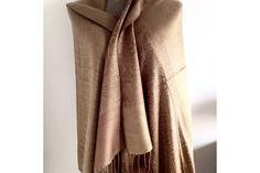 L'écharpe marron glacé aux reflets bronzee en laine douce et chaude.