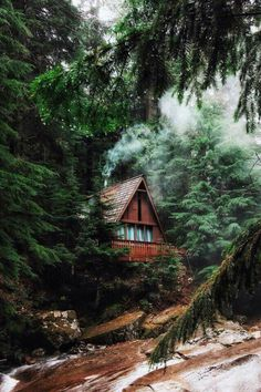 *🇺🇸 Cabin by the Franklin Falls trail (Washington) by Valeriy Poltorak ( at Cabins In The Woods, House In The Woods, Cabin Homes, Log Homes, Ideas De Cabina, Franklin Falls, Beautiful Homes, Beautiful Places, Log Home Decorating
