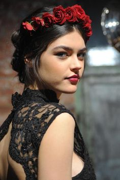 red rose crown - The Look: Alice + Olivia Fall Alice Olivia, Red Rose Flower, Red Roses, Red Flowers, Black Roses, Diy Flower, Flower Girls, Red Lip Makeup, Hair Makeup