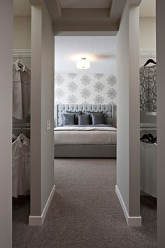 Ideas Master Bedroom Closet Designs Wallpapers For 2019 Master Bedroom Layout, Master Bedroom Bathroom, Bedroom Layouts, Closet Bedroom, Home Bedroom, Bed In Closet, Master Bedroom With Wallpaper, Bedroom Designs, White Bathroom Paint