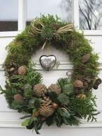 Natuur materiaal gemaakt .... deze mooie herfst / kerst decoratie krans voor aan de deur . Eenvoudig gemaakt !