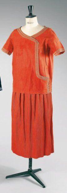 ca 1920 Paul Poiret afternoon ensemble of Slavic inspiration; coral silk shantung; haut à encolure en pointe sur parementures arrondies à boutonnage brides asymétriques, bords et bas des petites manches rehaussés d'une soutache beige, jupe à plissé permanent. Garde-robe personnelle de Denise Boulet-Poiret ; collection Colin Poiret..