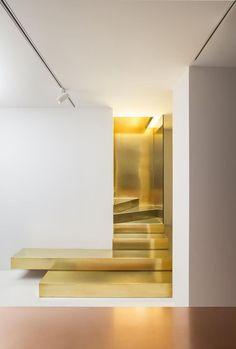 Tendance de la semaine - Stairs that defy the ordinary metallic gold stairs tendance d'or escalier interior design intérieur mobilier furniture architecture art www.sorsparis.com