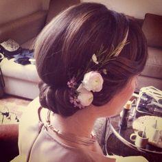 Coiffure avec fleurs et headband