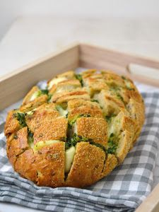 Pan relleno de queso, ajo y perejil / garlic, parsley and cheese stuffed bread Kitchen Recipes, Cooking Recipes, Healthy Recipes, Pizza Dessert, Diner Spectacle, Pan Relleno, Pan Bread, Cooking Time, I Foods