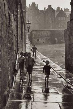 Rue de la Pluie, Newcastle-upon-Tyne, England, 1935. Gisèle Freund.