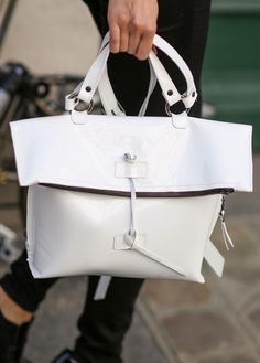 Beautiful Handbags, Beautiful Bags, Casual Mode, Best Bags, Leather Bag, White Leather, Shopper, My Bags, Handbag Accessories