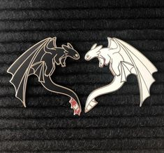 These pins are with silver plating and only are sold as a set. Current restock eta is End of June Mochila Kanken, Jacket Pins, Cool Pins, Hard Enamel Pin, Metal Pins, Pin And Patches, Toothless, How Train Your Dragon, Disney Pins