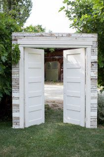 ceremony doors. So cool! Even if its outside I love how he canu0027 & 35 Rustic Old Door Wedding Decor Ideas for Outdoor Country ... pezcame.com