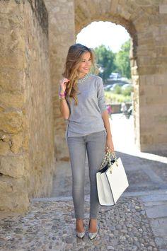 total look grigio jeans maglione grigio