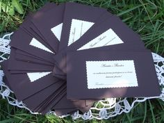 Plic pentru bani realizat din carton; poate fi folosit si pentru place card si card de multumire  Se poate face si alta combinatie de culori  Textul este la alegerea dv