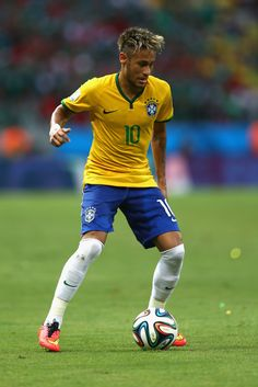 Neymar Photos - Neymar of Brazil controls the ball during the 2014 FIFA World Cup Brazil Group A match between Brazil and Mexico at Castelao on June 2014 in Fortaleza, Brazil. - Brazil v Mexico: Group A Neymar Football, Neymar Brazil, Neymar Pic, Barcelona Soccer, Fc Barcelona, Cristiano Ronaldo Lionel Messi, Soccer Girl Problems, Manchester United Soccer, Soccer Quotes