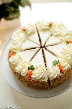 Vandaag leg ik de focus op deze heerlijke worteltaart. Dit is de perfecte taart voor wanneer je zin hebt in een worteltaart of wat te vieren hebt. Mijn nichtje (3) is binnenkort jarig en die… Food Cakes, Gourmet Cakes, Dessert Cake Recipes, Homemade Cake Recipes, Baking Recipes, Mini Cakes, Cupcake Cakes, Carrot Cake Decoration, Gateaux Cake