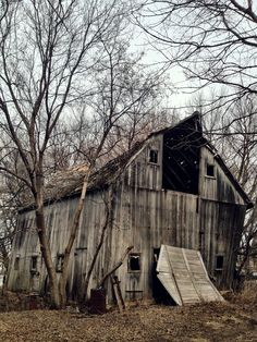 Sagging in the middle, the hayloft door fell to the ground, the rest is slowly sagging, with an eerie creaking sound.