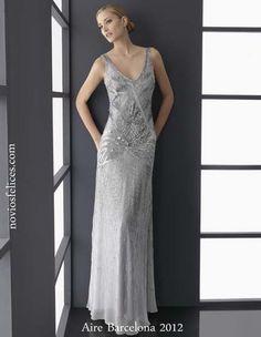 Traje de noche color gris plata con cuerpo bordado en lentejuelas y falda vaporosa