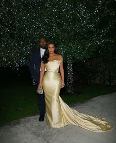 Kim Kardashian donned a stunning cream silk gown for P Diddy's birthday bash. The reality TV superstar, was clearly proud of her flashy Vivienne West Kim Kardashian Wedding, Kardashian Style, Kardashian Jenner, Kardashian Nails, Posh Dresses, Formal Dresses, Wedding Dresses, Ball Dresses, Kim And Kanye