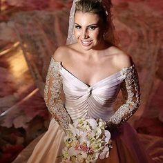 Mariana Deslumbrante com vestido Paulo Dolce.