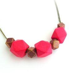 Collier mi long rose framboise & marsala doré - perle polygone - bois - forme géométrique - chaîne métal bronze - esprit