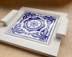 Mdf tray with white paint and decorated tile application. It can be used as a tray to serve a juice or coffee, as a support for . Ceramic Painting, Ceramic Art, Painted Trays, Tea Tray, Mosaic Projects, Wooden Art, Glazes For Pottery, Diy Home Crafts, Tile Art