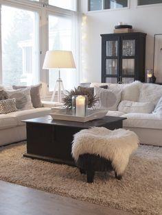 Kotoisa olohuone ja kauniita yksityiskohtia. <3 Cosy Interior, Country Interior, Decorating Your Home, Interior Decorating, Interior Design, Home Living Room, Living Room Designs, Inside A House, White Houses