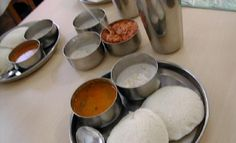 idli, cocnut chutney and sambar