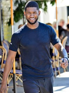 Usher takes a break from work with a shopping trip in Hollywood. http://www.people.com/people/gallery/0,,20795873,00.html#30117998