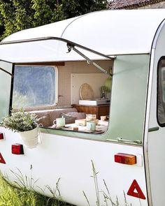 retro caravan Cute updated vintage trailer with mint and white exterior. Retro Caravan, Camper Caravan, Retro Campers, Caravan Ideas, Diy Camper, Trailers Camping, Camper Trailers, Interior Trailer, Airstream Interior