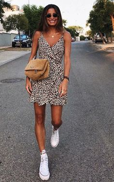 12 looks básicos e estilosos por María Valdés - 12 looks básicos e estilosos por María Valdés - Vestido de oncinha envelope, tênis branco all star Source by - # Dress For Summer, Cute Summer Outfits, Spring Outfits, Summer Dresses, Winter Dresses, Party Dresses, Casual Summer, Cute Night Outfits, Casual Date Night Outfit Summer
