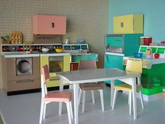 awesome retro toy kitchen. I mom had this when she was little.  Lareesa