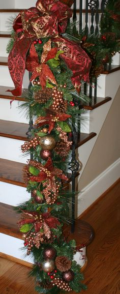Christmas Staircase Decorations - New Ideas Christmas Staircase Decor, Decoration Christmas, Christmas Tree Decorations, Christmas Wreaths, Easter Wreaths, Elegant Christmas, Christmas Home, Christmas Crafts, Christmas Ideas