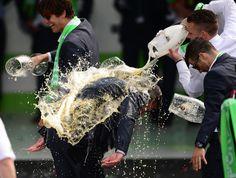 01.06 L'entraîneur de Wolfsburg, Dieter Hecking, prend une douche de bière après que son équipe a remporté la finale de la Coupe d'Allemagne de football.Photo: AFP/Peter Steffen