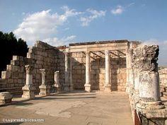 Cafarnaúm sinagoga. Jesús fue confrontado por un hombre endemoniado mientras enseñaba aquí (Mc 1,21-27). En Capernaúm, Jesús sanó al siervo del centurión. Este oficial romano fue reconocido por haber construido la sinagoga (Lc 7,3). En esta sinagoga, Jesús dio el sermón del pan de vida (Jn 6,35-59).
